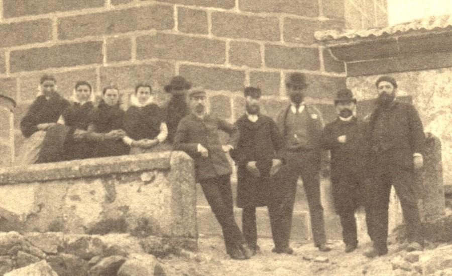 Detalle no que podemos ver o grupo de persoas diante do faro de Fisterra en 1888 copia